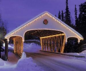 Überdachte Brücke dekoriert zu Weihnachten puzzle