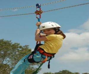 Abenteuerliche Mädchen springt mit einem Seil und Klettergurt puzzle