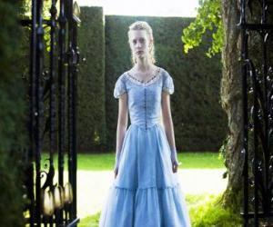 Alice (Mia Wasikowska) eine junge 19 Jahre alt, in die viktorianische Villa, wo er lebte in seiner Kindheit puzzle