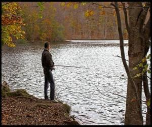 Angeln oder fischfang - Flussangler in einer bewaldeten landschaft puzzle