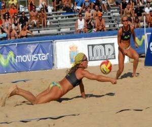 Beach-Volleyball - Spieler des Sparens eine Kugel in den Augen seiner Begleiter puzzle