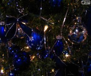 Blaue bälle schmücken eines Weihnachtsbaume puzzle
