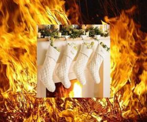 Das Feuer leuchtet am Heiligabend mit Socken hängen puzzle