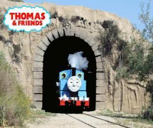 Das freundliche Dampflokomotive Thomas, die aus dem Tunnel puzzle