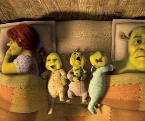 Die Familie von Shrek, Fiona und drei junge Oger im Bett. puzzle
