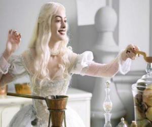 Die Weiße Königin (Anne Hathaway) arbeitet an einem Zaubertrank puzzle