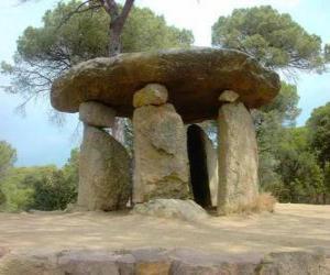 Dolmen, Neolithikum Gebäude aus Stein in Form von großen Steintisch puzzle