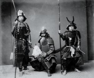 Drei authentische Samurai-Krieger, mit der Rüstung, den Helm Kabuto und bewaffnete puzzle