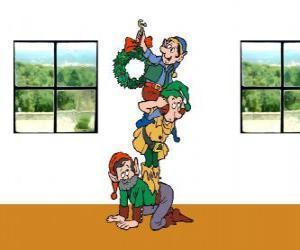 Drei Elfen des Weihnachtsmannes Aufhängen eines Adventskranz puzzle