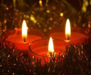 Drei Weihnachtskerzen mit brennenden Docht puzzle