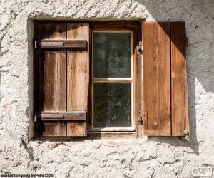Fenster mit Fensterläden aus Holz puzzle