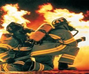 Feuerwehrmann mit einem knie auf den boden und schlauch bereit puzzle