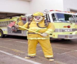 Feuerwehrmann uneingeschränkt mit der Axt in der Hand gegen den LKW - puzzle