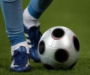 Fußball-spieler den ball fahren puzzle