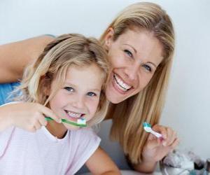 Girl Zähneputzen, eine wesentliche Praxis Zahngesundheit puzzle