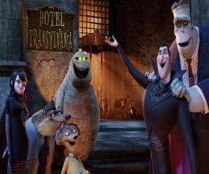 Graf Dracula an der Tür des Hotels mit Ihren Freunden puzzle