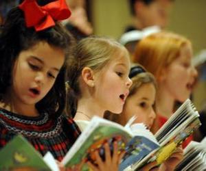 Gruppe der Kinder singen Weihnachtslieder puzzle