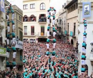Historische menschlichen Turm 'castell', zwei Personen für acht Ebenen, aufgezogen und durch Castellers de Vilafranca entladen den 1. November 2010 puzzle