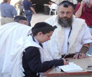 Junge studiert mit seinem lehrer, beide mit Kippa, ritueller kleiner kopfbedeckung puzzle