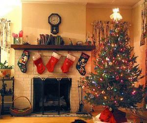 Kamin im Weihnachten mit den gehangenen socken und mit weihnachtsdekorationen puzzle