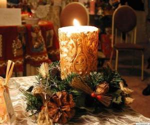 Kerze als mittelpunkt mit zweigen der stechpalme und tannen geschmückt puzzle