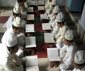 Kinder lesen den Koran oder Qur'an, das heilige buch des Islam puzzle