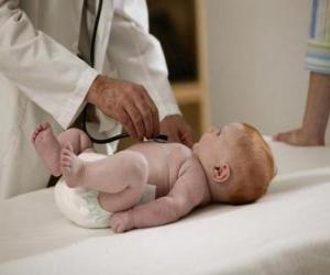 Kinderarzt zu erforschen ein Baby puzzle