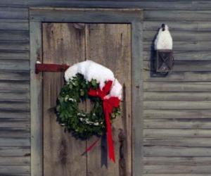 Kranz Weihnachten hing in der Tür eines Hauses puzzle