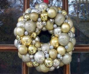 Krone von Weihnachten, hergestellt mit Kugeln puzzle