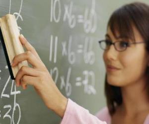 Lehrer erklärt den Unterricht an die Tafel puzzle
