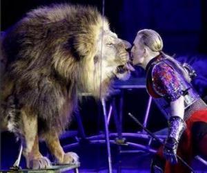 Löwe mit seinem Trainer mit einer Peitsche in der Hand puzzle