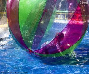 Mädchen auf einer Kugel des Wassers puzzle