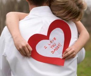 Mädchen gratulieren seinen Vater mit eine Umarmung und ein Papier-Herz puzzle