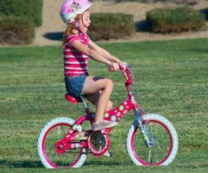 Mädchen mit dem Fahrrad in den Park im Frühjahr puzzle