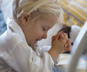 Mädchen mit ihre Hände im Gebet beten puzzle