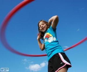 Mädchen spielt mit hula hoop, reifen Spinnerei an der Taille puzzle