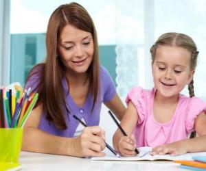 Mädchen spielt mit ihrer Mutter malen puzzle