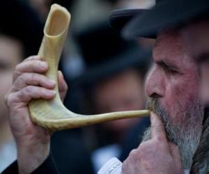 Man spielt das Schofar. Wind-Musikinstrument typisch von den jüdischen Feiertagen puzzle