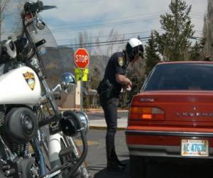 Motorisierte Polizist mit seinem Motorrad und setzte eine Geldbuße gegen einen Fahrer puzzle