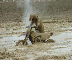 Motorrad Ausdauer gefangen im Schlamm puzzle