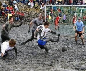Mud Olympischen Spielen oder bei Wattolumpiad, kämpfen in den Sümpfen der Elbe puzzle