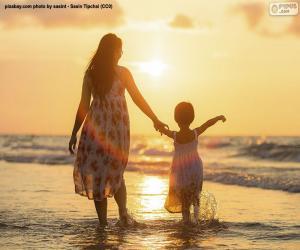 Mutter mit ihrer Tochter am Strand puzzle