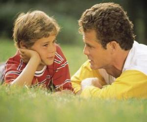 Papa spricht mit seinem Sohn im Park puzzle