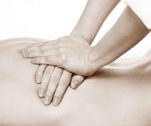 Patient erhält eine therapeutische Massage durch einen Physiotherapeuten puzzle