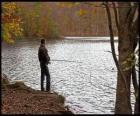 Angeln oder fischfang - Flussangler in einer bewaldeten landschaft