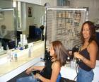 Friseur kämmen und trocknen der haare an einen kunden in der friseur