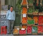 Verkäufer von obst und gemüse in seinem geschäft