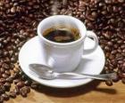 Tasse kaffee mit untertasse und löffel