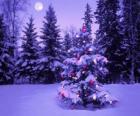 Weihnachtstannen in einer schneebedeckten landschaft mit dem Mond in den Himmel