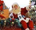 Weihnachtsmann einwirkenmit seiner hand von der magischen schlitten beladen mit geschenken